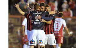 San Lorenzo ganó sobre el final y es el único puntero