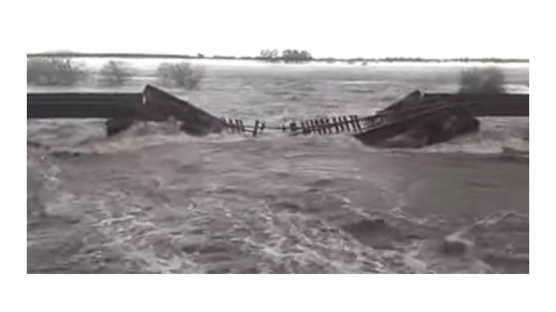 VIDEO: Impactantes imágenes de la caída del puente ferroviario en Soldini