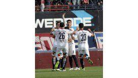 San Lorenzo sufrió, ganó sobre el final y lidera el torneo con Boca
