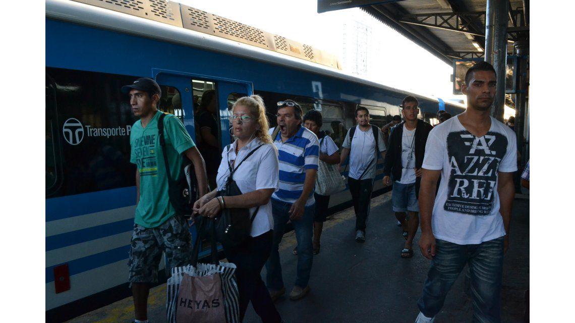 Ferroviarios dejan sin trenes a miles de usuarios del Sarmiento
