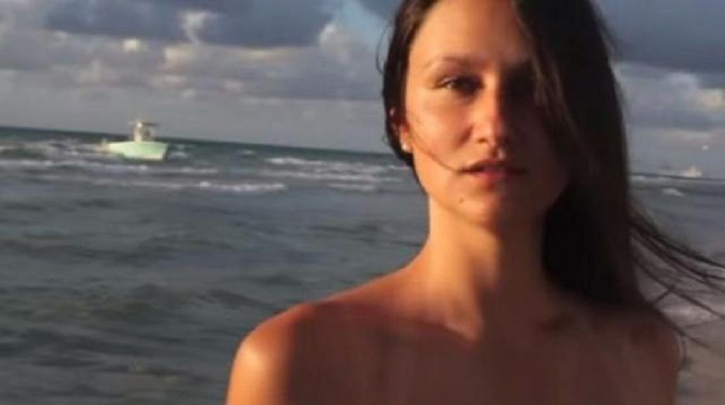 VIDEO: Inmigrantes ilegales desembarcan en plena grabación de una modelo