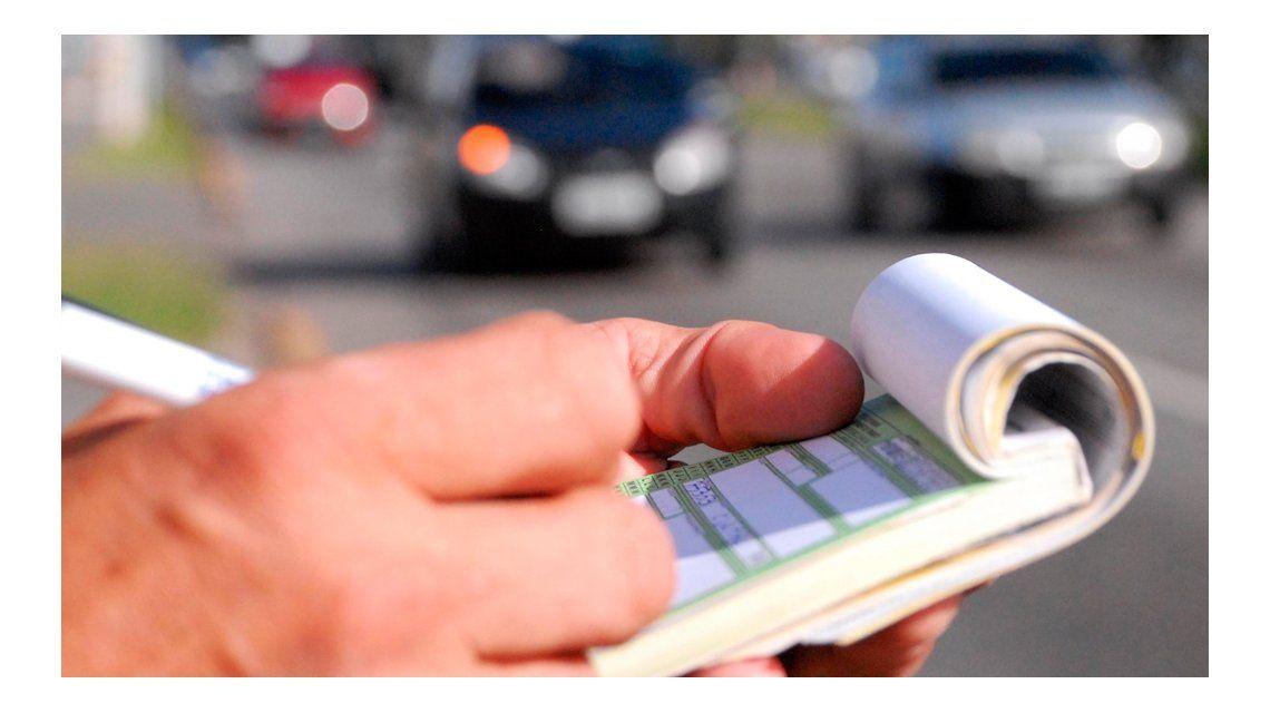Cruzar un semáforo en rojo o transitar a contramano costará cerca de   20.000 pesos en la Provincia.