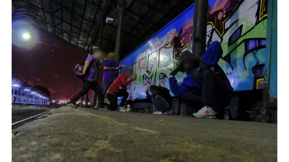 Éstos son los graffiteros argentinos sin rostro ni nombre que pintan los trenes del mundo