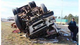 Dos muertos al chocar un camión contra una camioneta en Tornquist