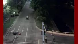 Querían rematar a su víctima, pero apareció la polícia: mirá el video