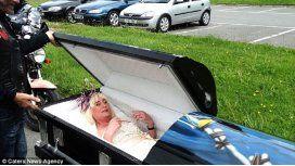Llegó a su boda dentro de un ataúd
