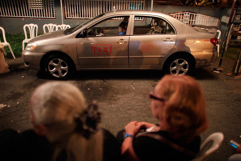 Antes de morir, hizo un pedido y su familia cumplió: un hombre fue velado en su taxi