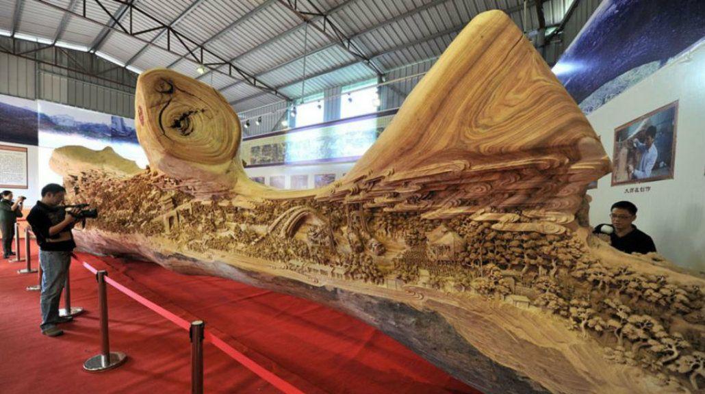 Un artista chino recreó una pintura en el tronco de un árbol