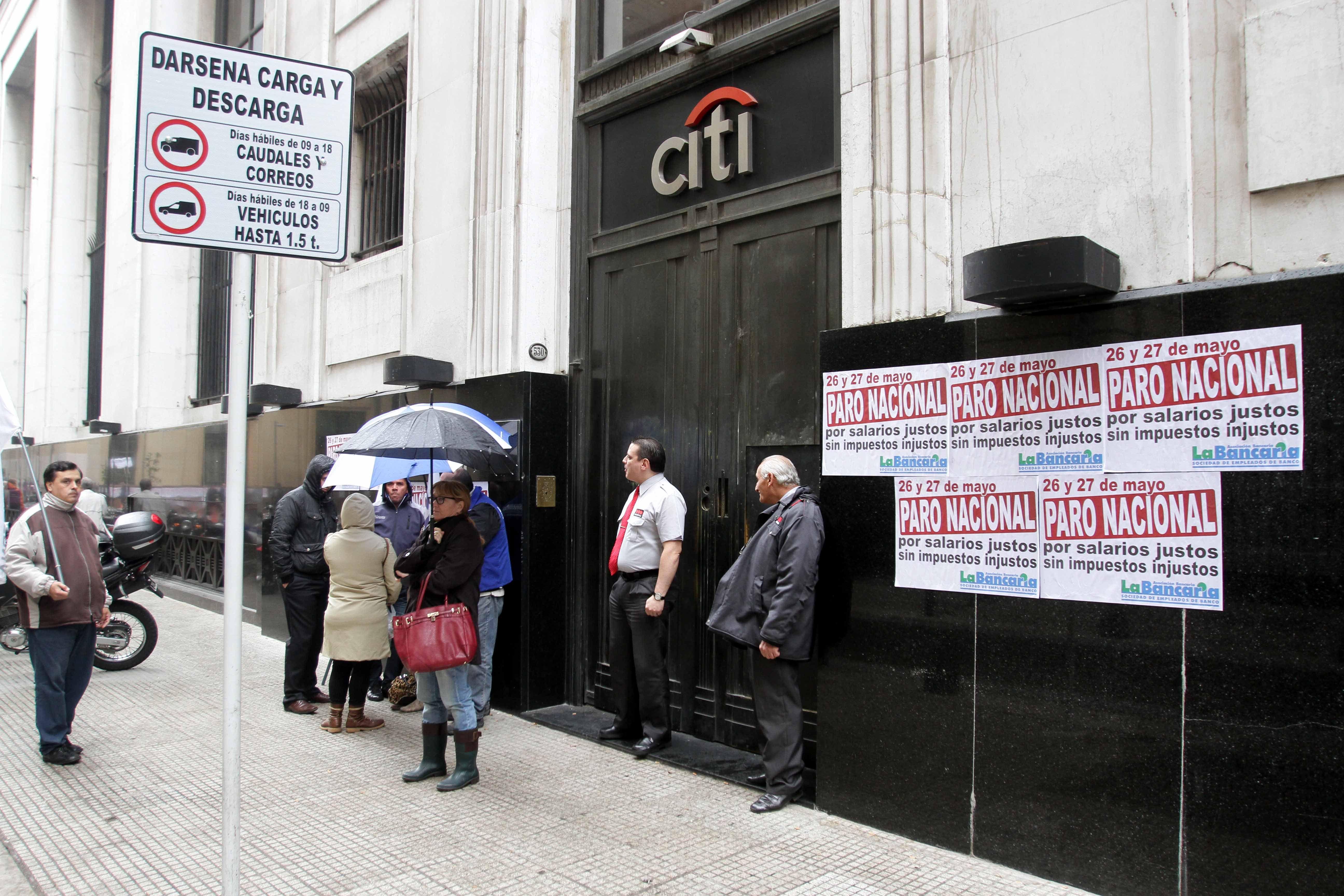A contrarreloj, el Gobierno busca frenar el paro de los bancarios