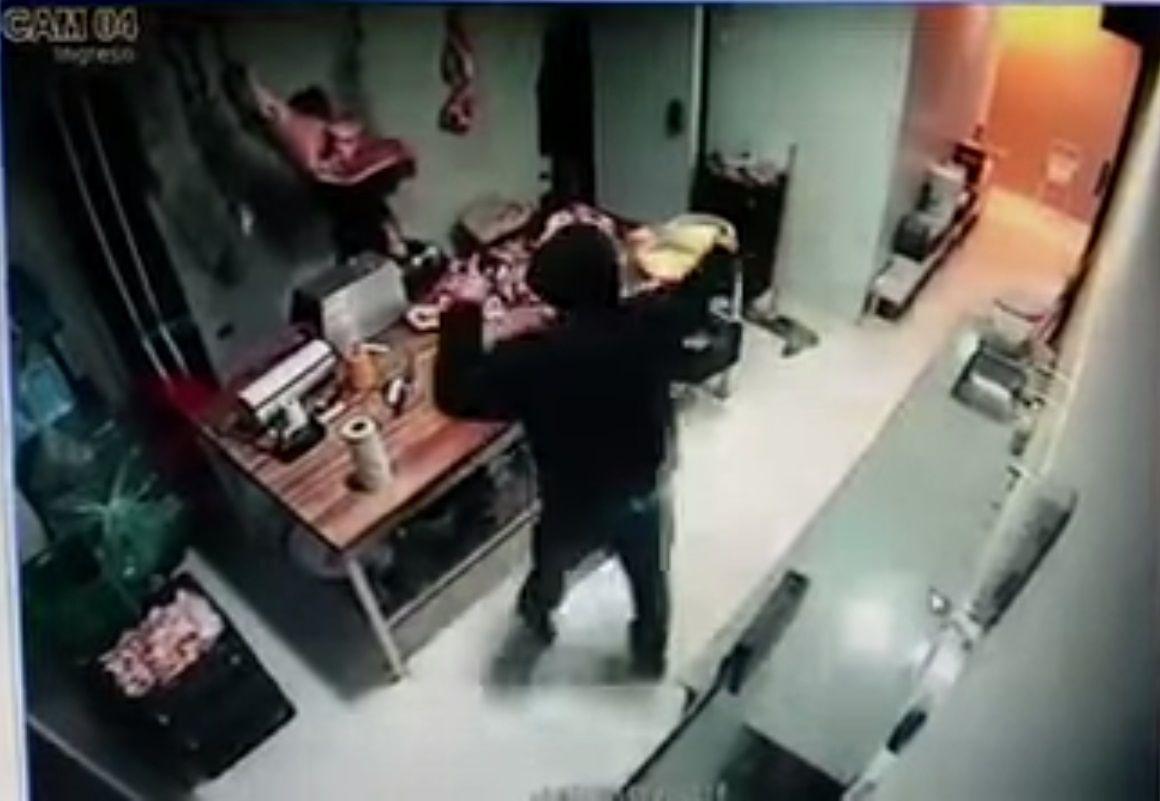 VIDEO: Mirá cómo un ladrón escapa en moto con una media res que robó