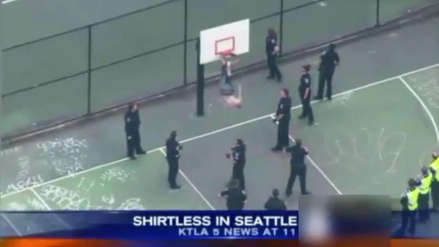 Rescataron a un hombre que quedó colgado boca abajo en un aro de básquet