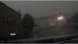 Por los fuertes vientos, un tren se cayó desde un puente en Nueva Orleans
