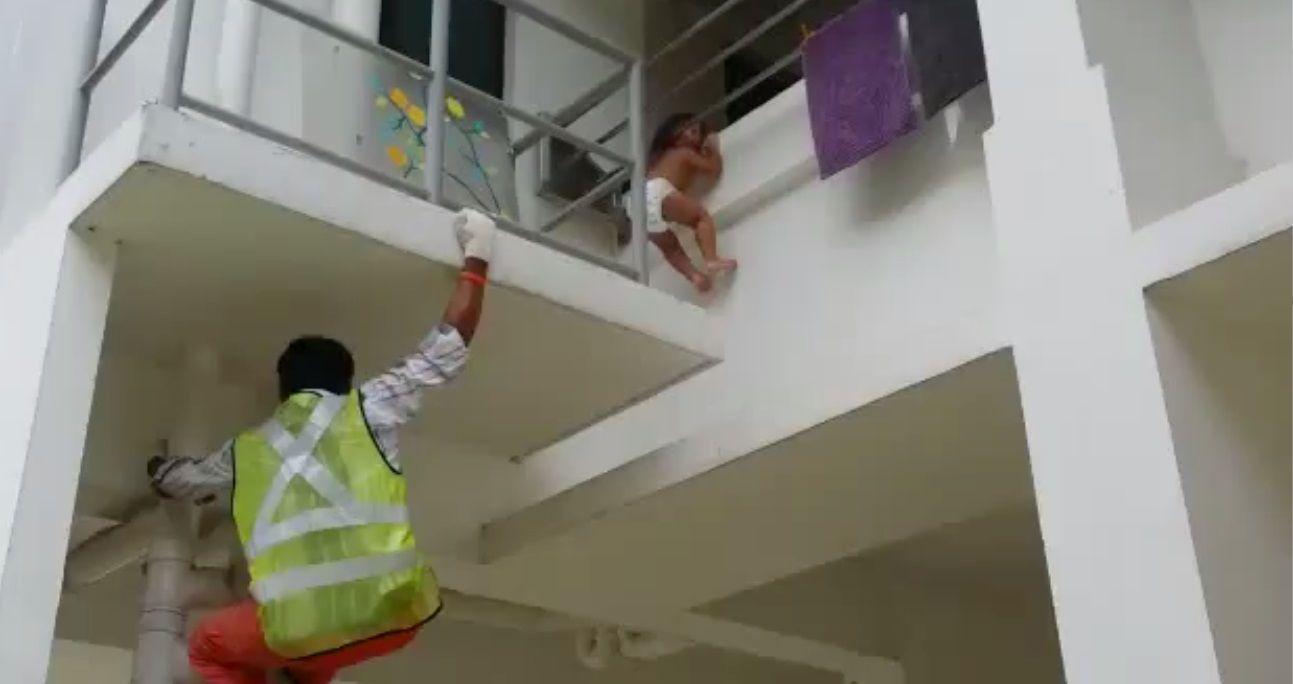 Rescatan a una beba que casi cae al vacío por querer agarrar un iPad
