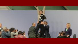 Mirá el ataque de una activista