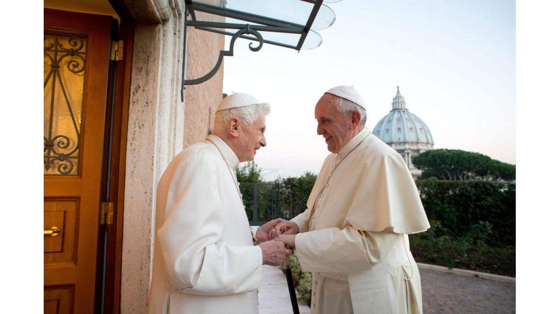 Benedicto XVI saludó a Francisco por su cumpleaños 80