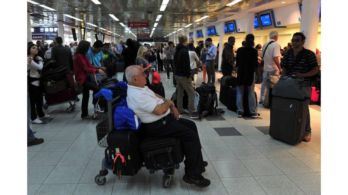 Buscan reubicar a los pasajeros de Sol en otros vuelos