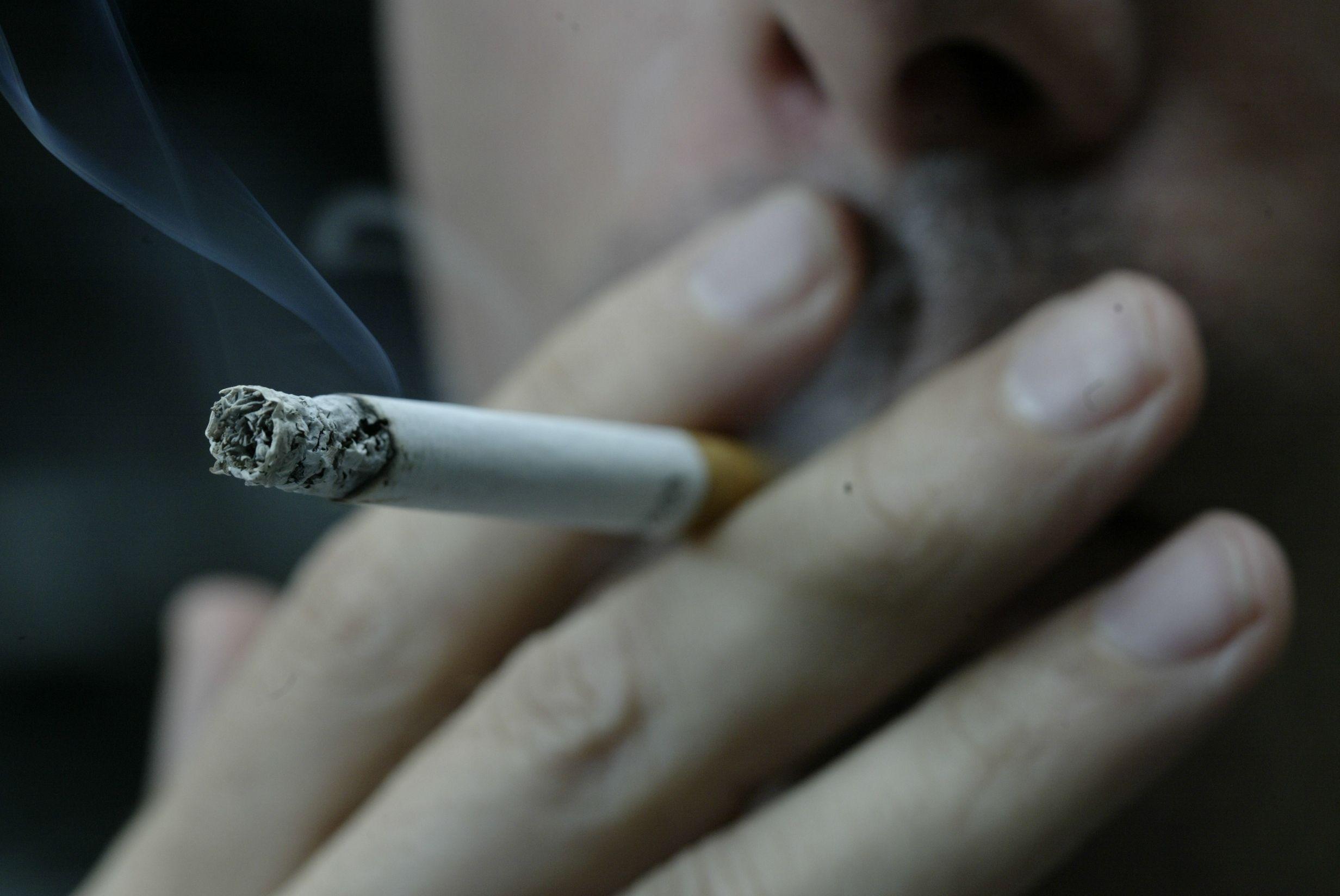 Fuma 50 cigarrillos por día desde los 14 y ahora una tabacalera tendrá que indemnizarlo