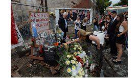 Familiares homenajeando a las víctimas de la tragedia de Iron Mountain