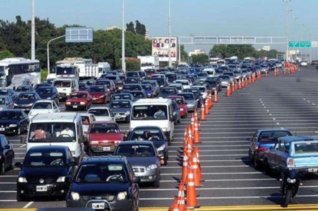 Éxodo turístico: más de 2.000 autos circulan por hora hacia la Costa