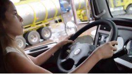 Nena de 12 años maneja camión con acoplado