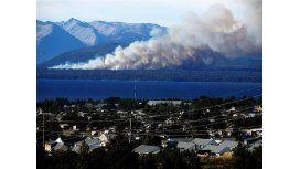 Intentan controlar un incendio forestal entre Villa La Angostura y Bariloche
