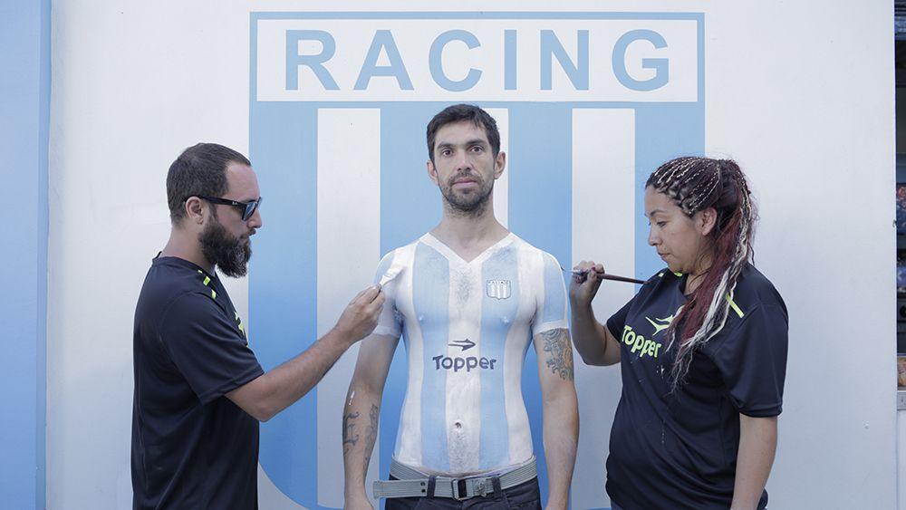 Los hinchas de Racing se pintaron la camiseta del campeón en la piel