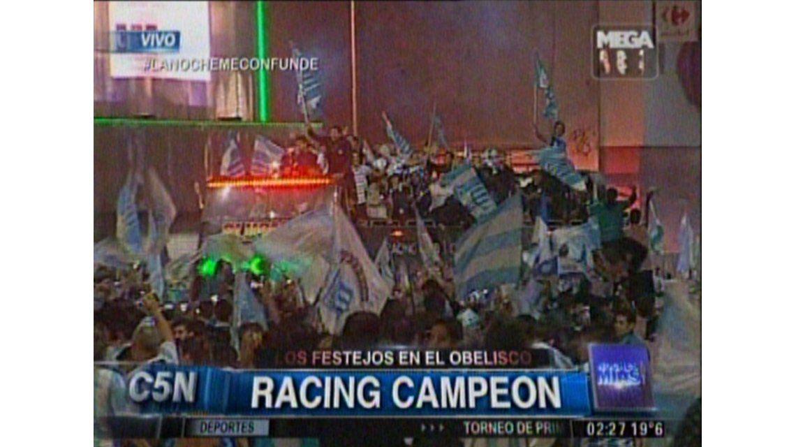 Miles de hinchas de Racing celebraron el título en el Obelisco porteño