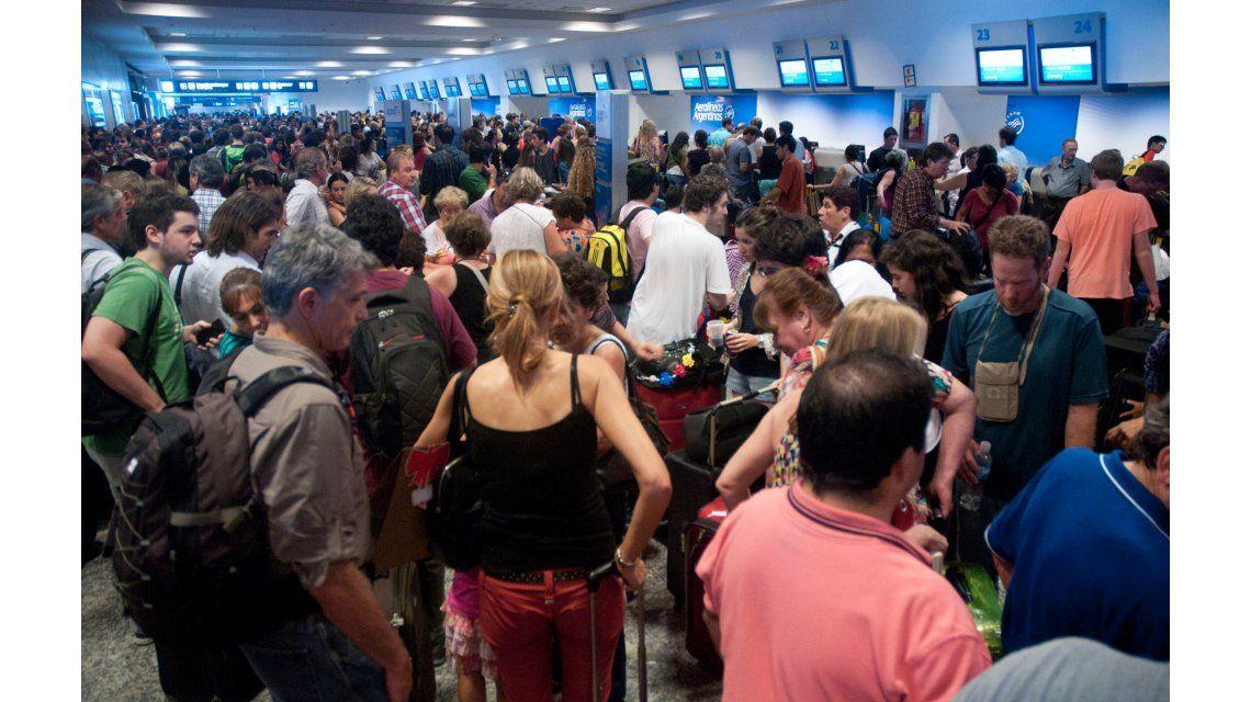 Demoras y cancelaciones de vuelos en Aeroparque por un paro de pilotos