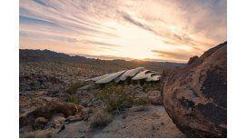 Una extraña casa en el medio del desierto