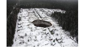 Misterioso cráter se traga varias casas en Rusia