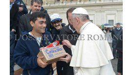 El Papa rifa los regalos: ¿Sorteará los alfajores Capitán del Espacio?