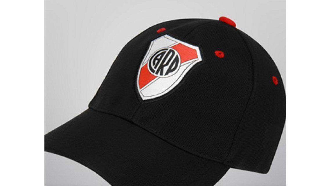 ee6244a135967 River sacó a la venta una gorra muy particular