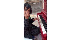 Linyera prodigio toca el piano y es furor en la Web