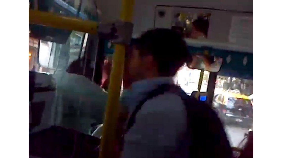 Graban una violenta discusión entre un chofer y un pasajero en un colectivo