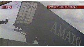 Así retiraron al camión que quedó colgado de un puente durante más de seis horas