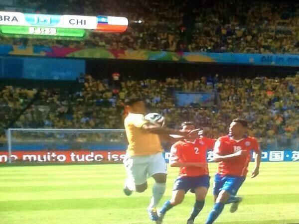 La primera polémica de los octavos: ¿Fue mano de Hulk en el gol anulado a Brasil?