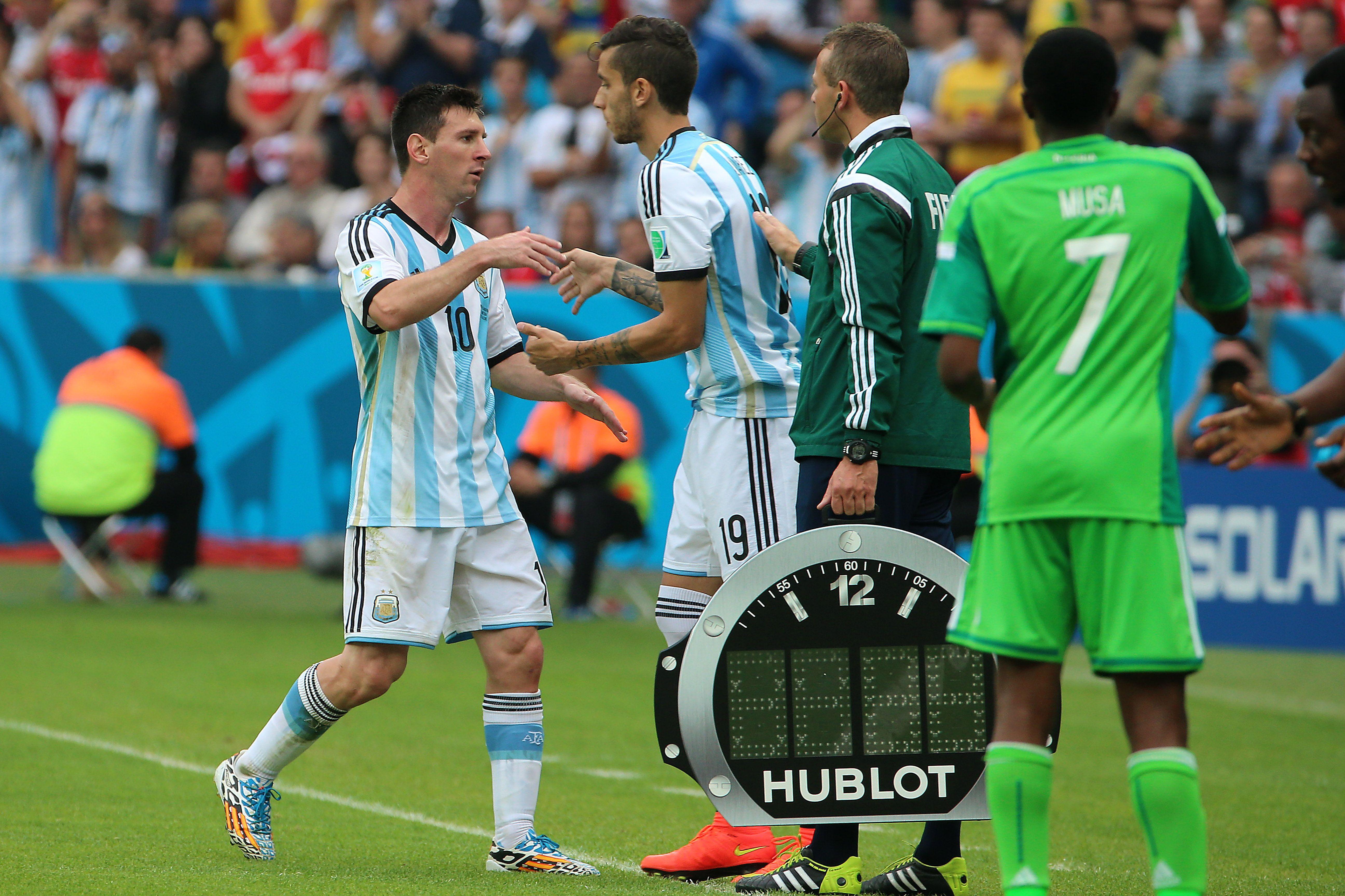 Messi le dejó su lugar a Ricky Álvarez tras marcar dos goles