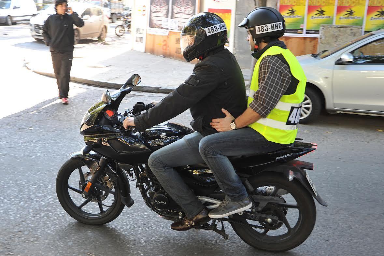 Chaleco y patente en el casco