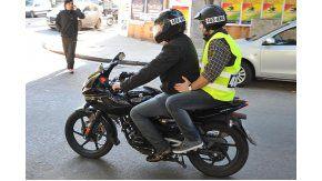 Chaleco y patente en el casco, obligatorios