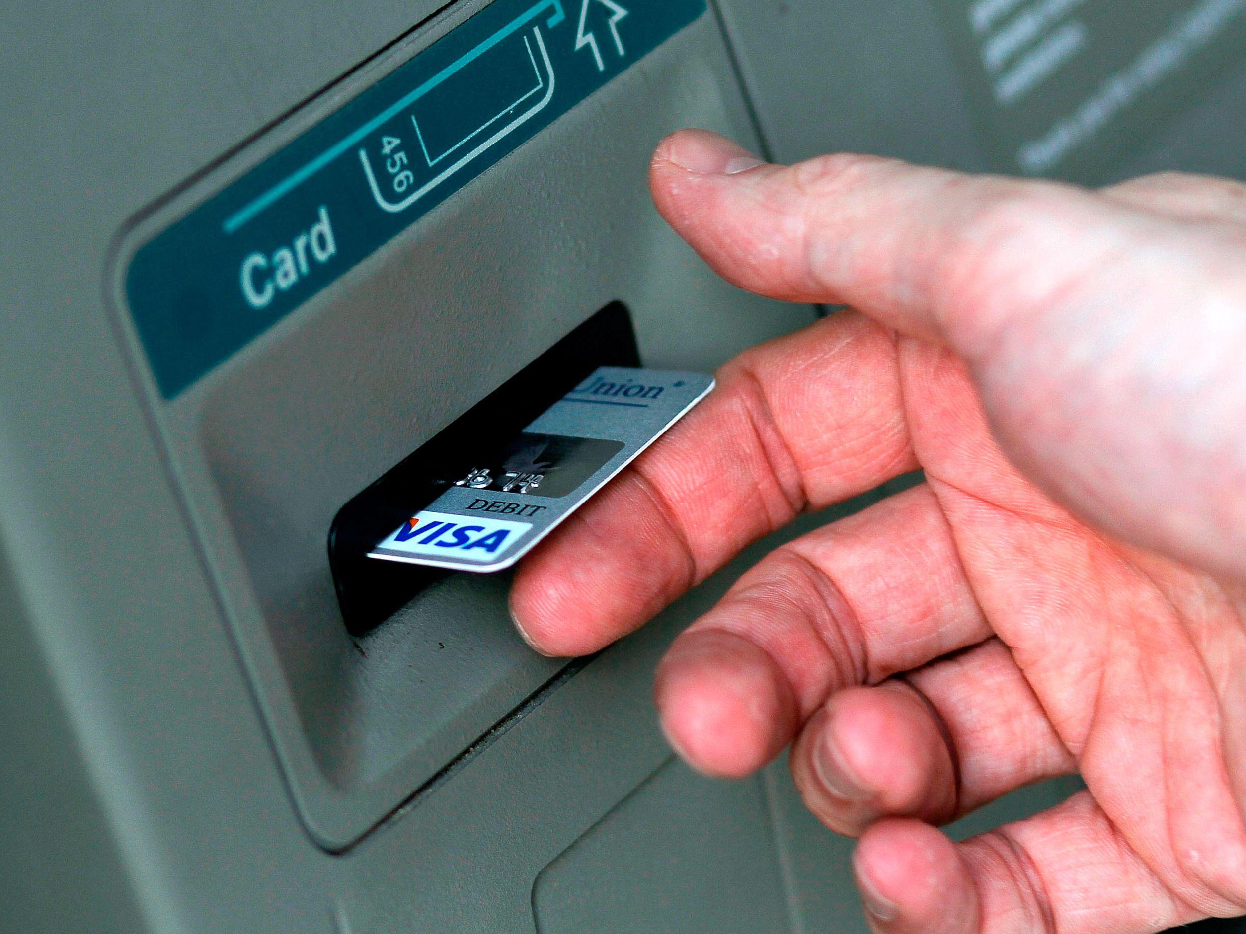 Un virus hace que los cajeros automáticos escupan dinero