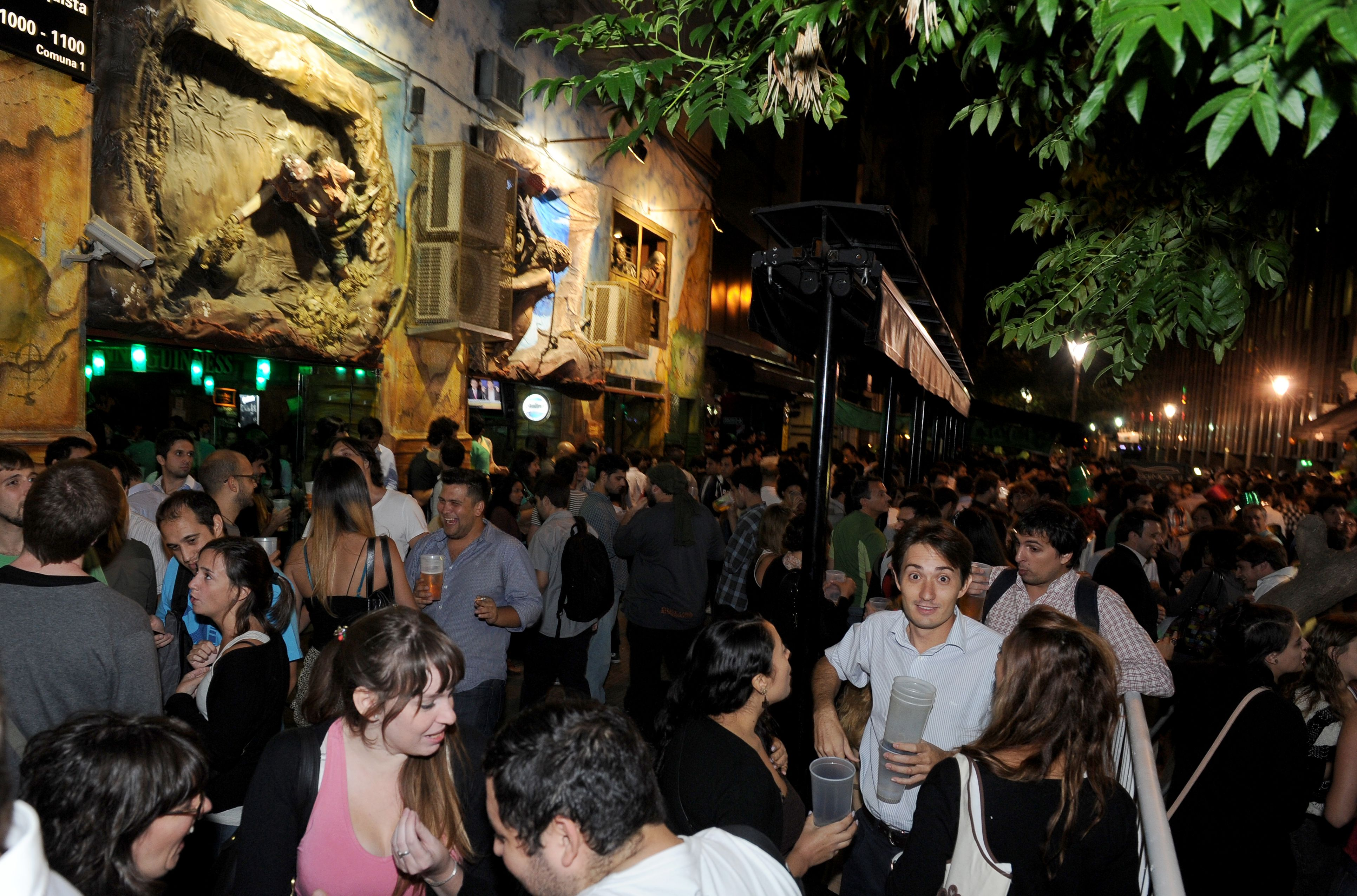 Cientos de jóvenes celebraron San Patricio en la Ciudad