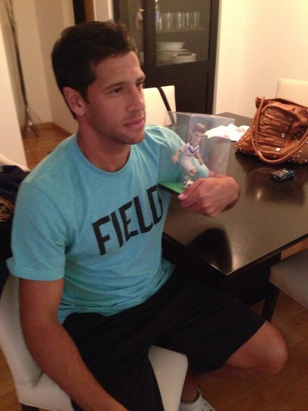 Una figura de Vélez tuvo que hacer malabares para ver el partido de su equipo