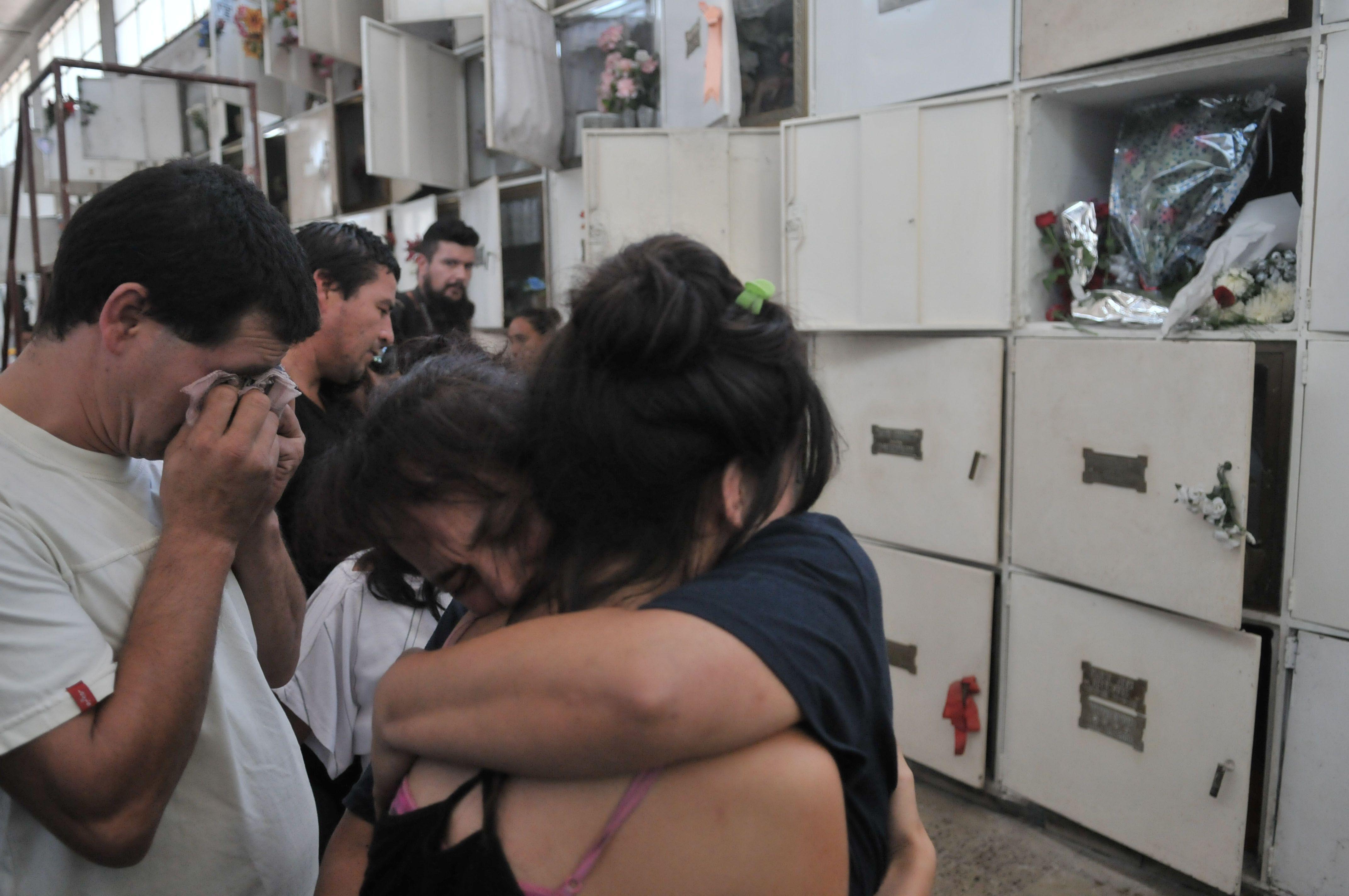 Con profundo dolor, inhumaron los restos de Priscila Leguiza