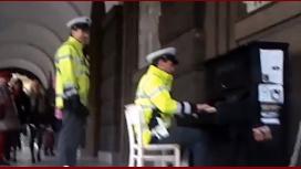 Un policía que toca el piano en Praga es furor en Internet