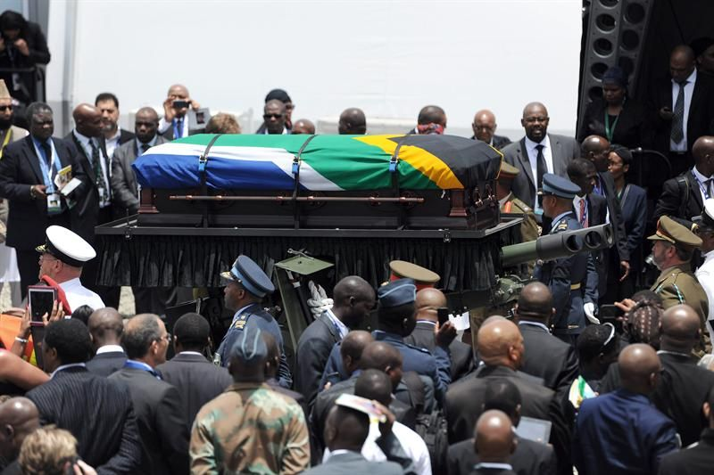 Sepultaron los restos de Nelson Mandela en el pueblo de su infancia