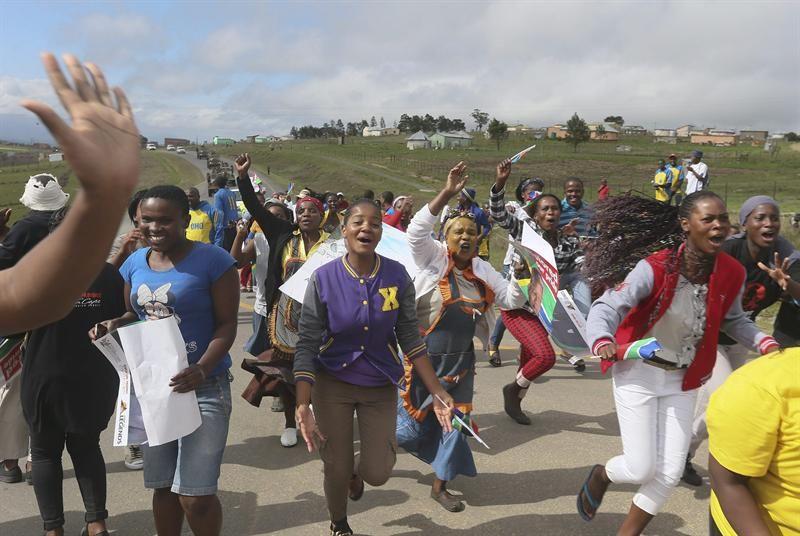Miles de personas aguardan para darle el último adiós a Mandela
