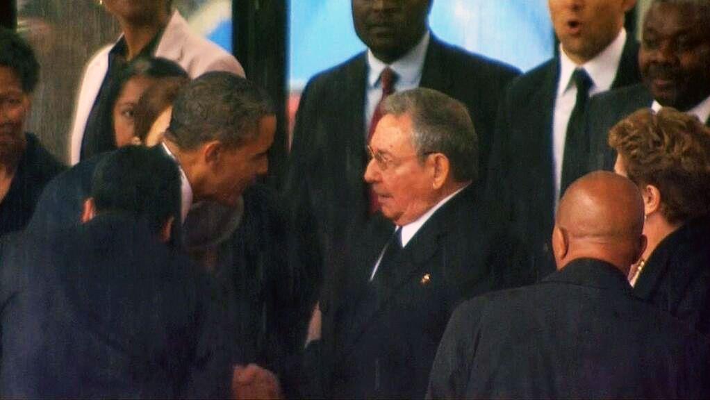 El histórico saludo entre Obama y Raúl Castro en el funeral de Mandela