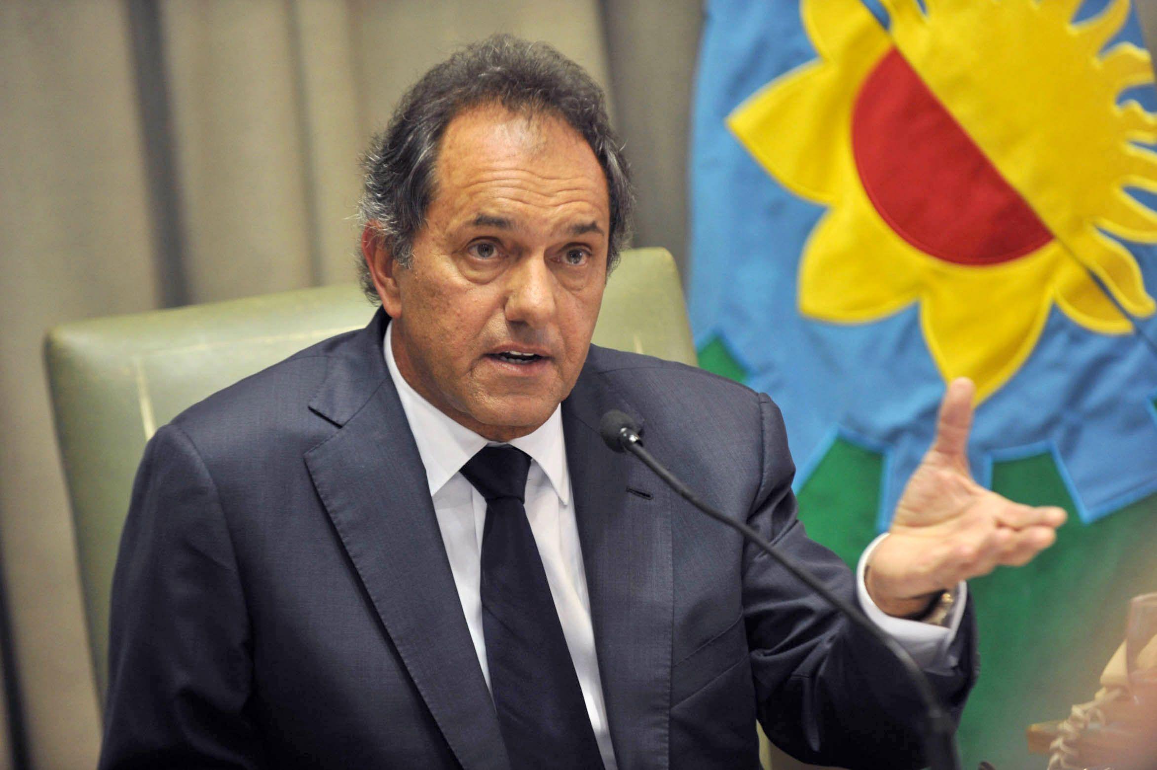 Scioli firmó el decreto que aumenta el salario de los policías y espera que levanten la protesta