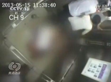 Una mujer murió partida en dos al quedar atrapada en un ascensor