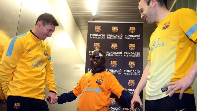 Conmovedor: un niño ciego reconoció a Messi con sólo tocarlo